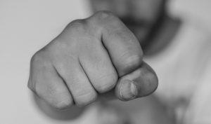 נאשם בעבירות אלימות במשפחה שזכה לצו פיקוח - למרות שהיה לו מאסר על תנאי של 8 חודשים